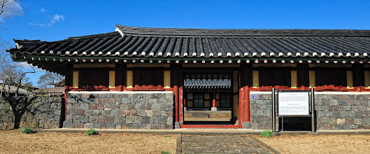 Photo: Jeongui Hyeon Gaeksa has two functions. First, local public officers offered incense to the king on every first and fifteenth of the month. Second, central officers used to stay here during official visits.