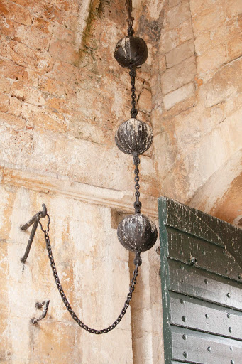 Dubrovnik-gate-weights.jpg - The impressive metal weights at the entrance of Pile Gale in Old Dubrovnik.