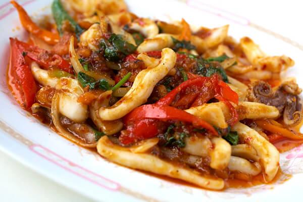 香辣三杯炒魷魚,台式料理中的家常菜!想到那Q彈富嚼勁的口感,就讓人口水直流。