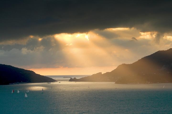 Raggi di luce sul golfo di Paulette