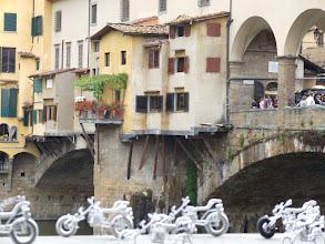 Photo: Motorräder sind omnipräsent in der Toskana. Selbst in Mini am Ponte Vecchio.