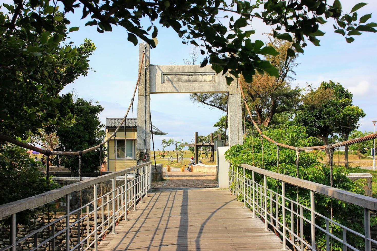 原本想說從真正的大門口進來,但因為也想看濱海公園這邊的景色,所以找這個路口剛好也離琵琶湖最近!