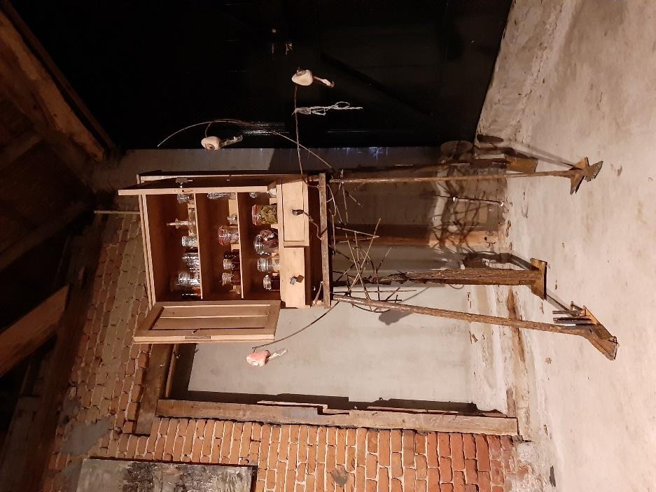 Afbeelding met binnen, gebouw, zitten, houten  Automatisch gegenereerde beschrijving