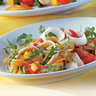 Bunter Pastasalat mit Rucola und Parmesan