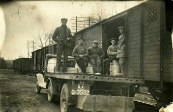 Photo: Afleveren boter bij station Eexterhalte: Harm Bruins, Engbert, Gils, Broeksma en Willem Zandvoort