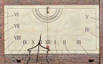 Photo: La seconda, probabilmente dello stesso autore, ha un elaborato gnomone  e indica le ore astronomiche, dalle 6 alle 17 (qui indica quasi le 11,30)