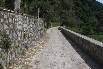 Photo: tratto iniziale, il muro di contenimento a sinistra è vecchio di decenni e sostiene il giardino al lato di un'abitazione