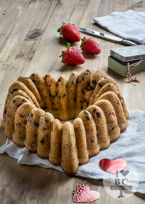 Bundt Cake de fresas con nata y pepitas de chocolate