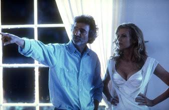"""Photo: O diretor Curtis Hanson orienta Kim Basinger, no set de""""Los Angeles, Cidade Proibida""""."""
