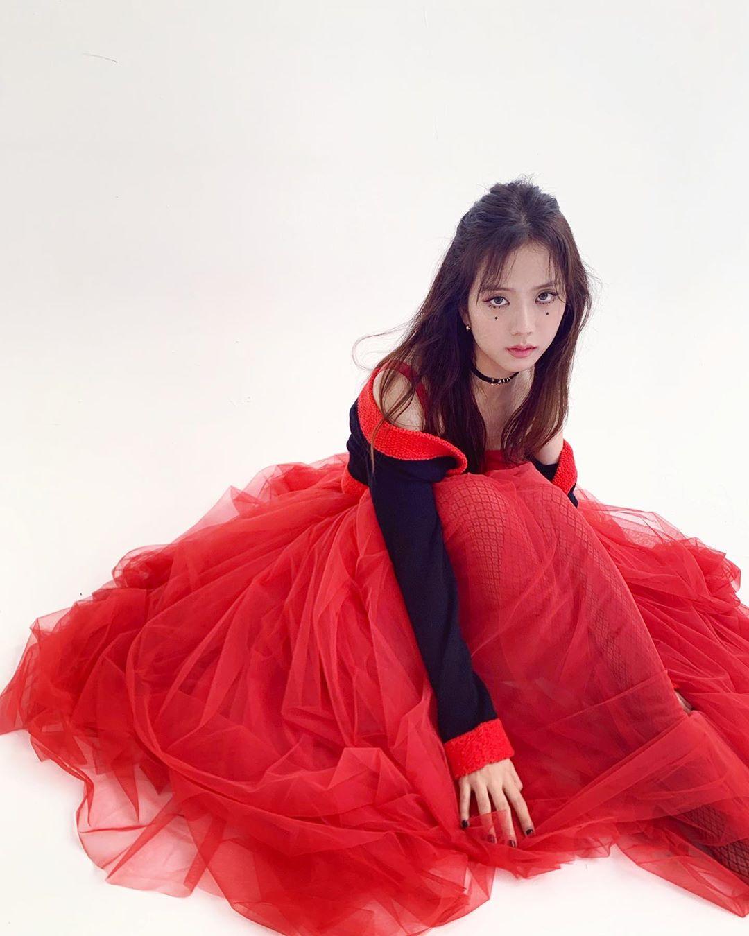 jisoo red dress2
