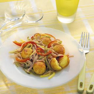 Wurstsalat mit knusprigen Mini-Kartoffelknödeln