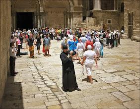 Photo: Иерусалим. Храм Гроба Господня. Священники тоже бывают паломниками.