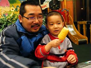 Photo: contented dad&son. 满足的父子:朱子卓和朱楚甲。