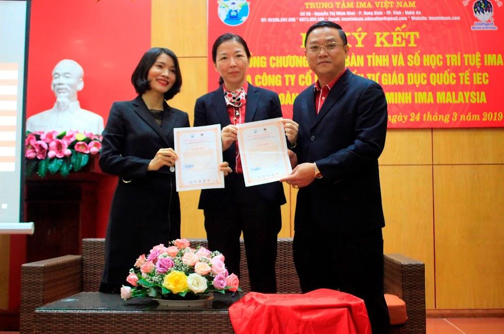 Ông Sam Sai, Tổng Giám đốc Tập đoàn giáo dục thông minh IMA Malaysia và bà Lê Thị Hường, Tổng Giám đốc Công ty Cổ phần đầu tư Giáo dục Quốc tế IEC tiến hành Ký kết Hợp đồng chương trình bàn tính và số học trí tuệ IMA