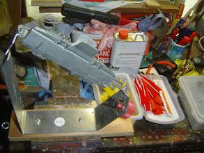 Photo: Opération collage de plume ; j'utilise de la colle cyanocrylate en gel