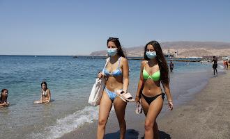 En imágenes: mascarillas en la playa, primer día