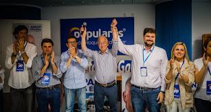 Gabriel Amat y su equipo celebrando el triunfo en las municipales de Roquetas.