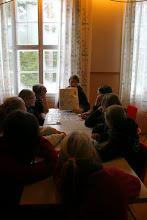 Photo: Sudareiden lähdettyä isommilla oli suunnistuskoulutusta. Leena opettaa karttamerkkejä.