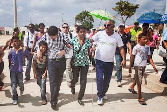 Photo: El Ministro Luis Felipe Henao acompañó a doña Edilma hasta su casa.