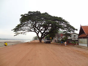 Photo: route au bord du mékong - Vientiane - Mai 2012