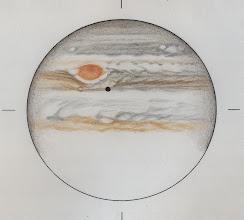 Photo: Jupiter le 22 janvier 2014, entre 22h13 et 23h HL. Les nuages ont interrompu le dessin. Dommage, les images étaient très belles. T406 à 470X en binoculaire. Le satellite Io (en transit) projette son ombre sur le globe.