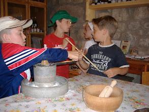 Photo: maciniamo e raccogliamo la farina