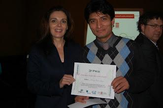 Photo: Concours d'affiches scientifiques - Troisième prix de l'ACSG-Champlain - Patrick Morales, Étudiant en maîtrise professionnelle. Prix remis par Mme Annick Jaton.