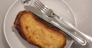 Una de las fórmulas más habituales para reutilizar el pan son las torrijas.