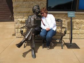 Photo: Mark Twain Abiyle kitap okuyor Nesrin.
