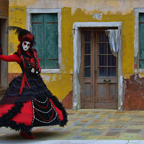 Red Black Lady by Dominic Jacob - People Musicians & Entertainers ( venezia, red, carneval, italia, carnival, carnaval, burano, venice, lady, venise, italy, black,  )