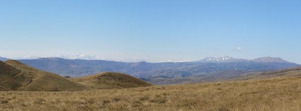Photo: Na ostatnim planie Pasmo Abul-Samsarskie. Od lewej: Didi Abuli (Wielki Abul) - 3300 m. n.p.m. z Godarebi - 3188 m. n.p.m., Samsari - 3284 m. n.p.m., Karadag - 3046 m. n.p.m., Shavnabada - 2929 m. n.p.m. (przed nim Egoisar - 2513 m. n.p.m.), wulkaniczny szczyt Tavkvetili - 2583 m. n.p.m., część Pasma Trialeckiego leżąca w pobliżu jeziora Tabacquri oraz (nieco bliżej) znowu Pasmo Trialeckie: Ardzhevani - 2759 m. n.p.m. i kota 2249 m. n.p.m. Pomiędzy tymi ostatnimi, nieco z tyłu: Iuris-Kedi - 2203 m. n.p.m.