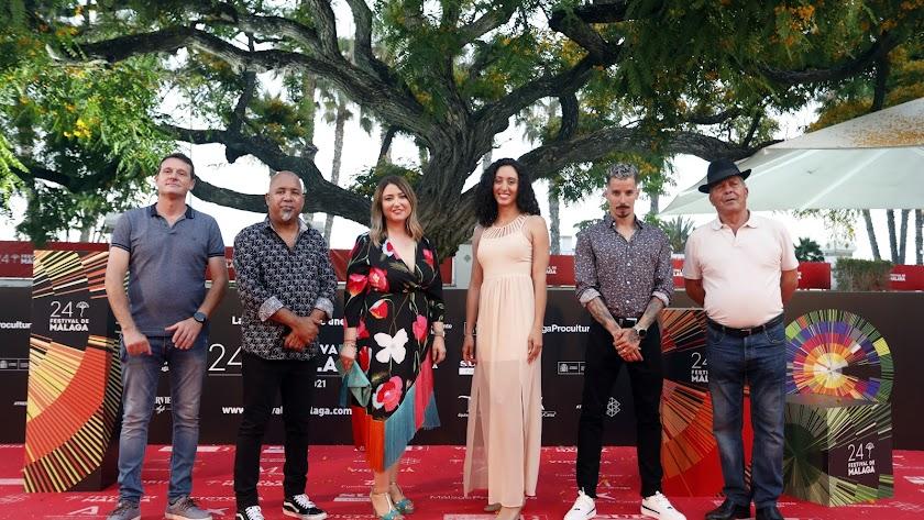 Nuria Vargas, tercera por la izquierda, con parte de los protagonistas de 'Controverso' el jueves en Málaga. / Foto: Álex Zea.