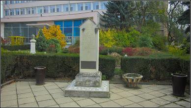 Photo: Piata 1 Decembrie 1918, spatiu verde - Copia Miliarului de la Aiton - 2017.11.01