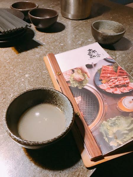 肉質很不賴 飲品可無限續 鮭魚飯必點