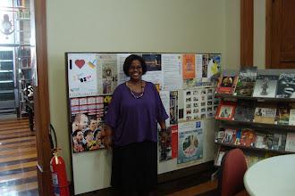 Photo: Cristina recebendo o grupo em sua biblioteca.