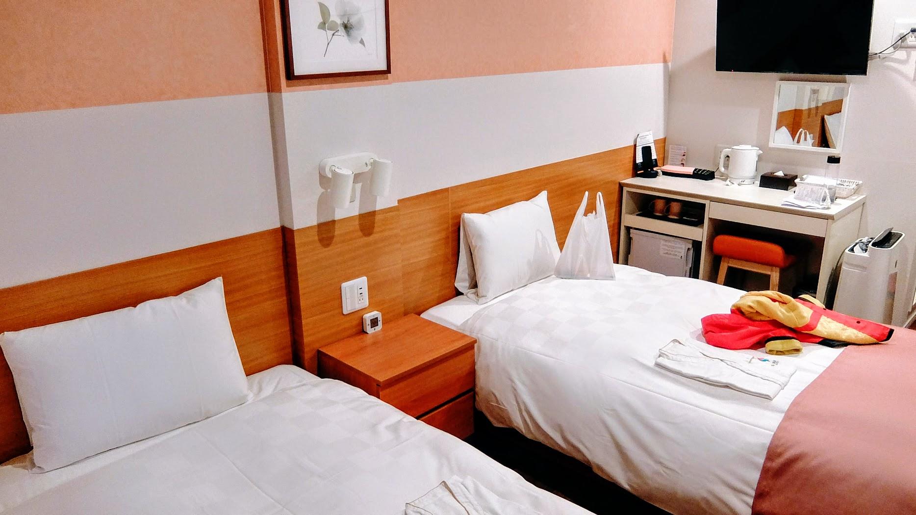 我們這次是訂二張床的房型,有電視/冰箱/加濕型空氣濾清器,該有的配備都有了....床頗軟的,棉被也很暖活喔