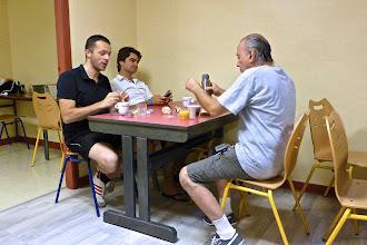 Photo: Petit-déjeuner au dortoir (J. Vincent, Ugo Bellagamba...)