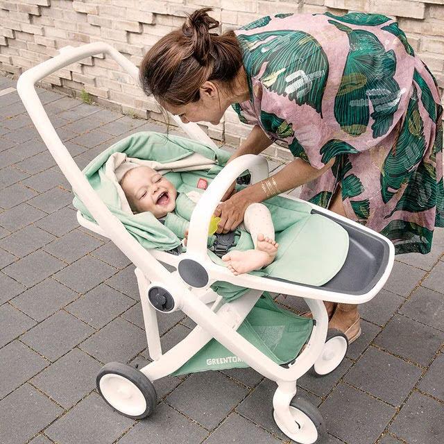 現在的嬰兒車都有做很多附加功能