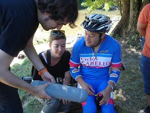 Photo: Juanjo, técnico de sonido, mostrando su material a Gerardo.