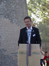 Photo: Oud-gedeputeerde Harry van Waveren had de eer om de vang te lichten en zo de molen officieel te openen. Tevens werd het plein voor de molen naar hem vernoemd.