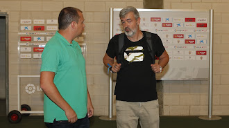 Óscar Fernández habla con Alberto Lasarte, técnico del Juvenil B.