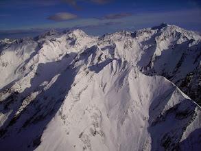 Photo: A l'est de la vallée du gave de Gavarnie au niveau de Pragnères, vision la ligne de crêtes des pic de Cumiadère 2623m au Soum de Marraut 2709m . Pic de Létious un peu à gauche. En arriére le massif du Néouvielle (3091m)  à gauche et le pic Long 3192 m à droite.