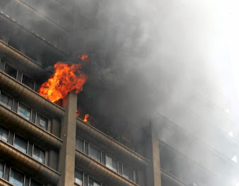 The fire at the Bank of Lisbon in Johannesburg. Picture: SANDILE NDLOVU/SOWETAN