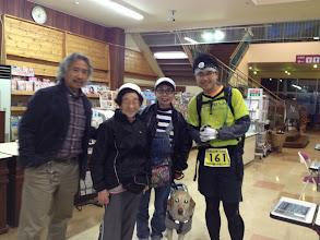 Photo: 最初の方のランナーは、エイドを設置した、スーパー、ナナーズ(http://www.nana-s.co.jp/)がまだ開店中の5月1日午後6時過ぎにやってきた。店内で記念撮影。プーヒー、サッキー、オオゴショ&161番のランナーさん。
