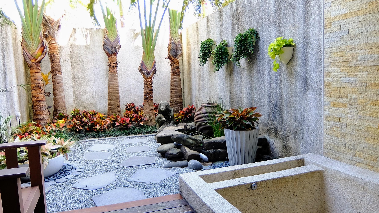 小花園啊! 這邊有個按摩浴缸,對小孩子來說,就是個游泳池!!