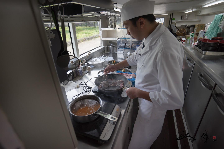 和牛肉を炒めるシェフ