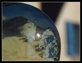 Photo: sphères de verre sur les poteaux d'un portail