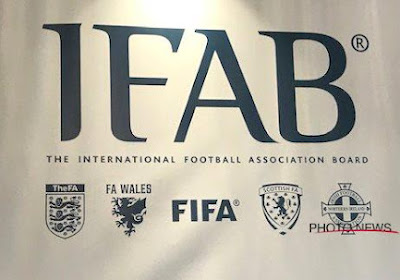 Binnenkort revolutie in het voetbal? IFAB bestudeert idee om rust met tien minuten te verlengen