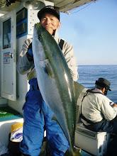 Photo: デデーン! ワオー! 9.5kgのブリーーーーー! ナイスファイト! 真鯛釣りの仕掛けだったのでハリスは6号でした! あっぱれ! 王者井上さん!