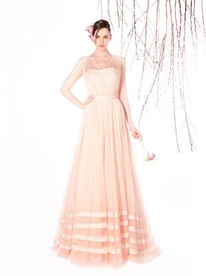 Robe de mariée Eleonore, avec beaucoup de fluidité, en couleur rose pastel, avec des bandes de tissu en satin dans un esprit moderne et élégant